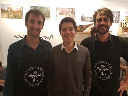 À gauche et à droite : Philippe Caumont et Pierre Dompnier, les fondateurs du site la-cigogne.fr. Au centre, Mathieu Sabatou, fermier dans les Landes. Sa famille élève des volailles en agroforêsterie.