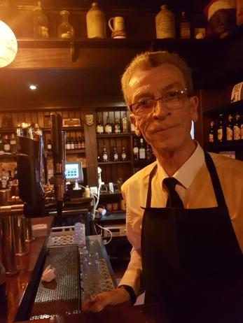 Serveur au pub the crown bar Belfast -©biboucheetbibouchon