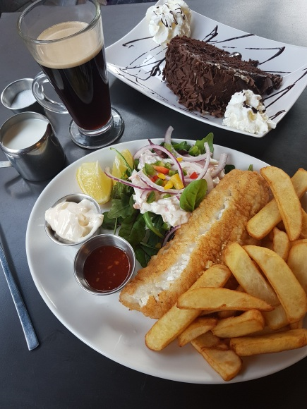 Fish & Chips - Gateau au chocolat servis au restaurant N°11 à Belfast -©biboucheetbibouchon