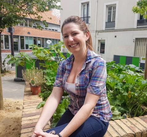 Kristin Frederick devant son potager urbain ©biboucheetbibouchon
