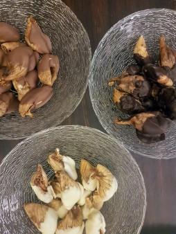 Figues sèches aux amandes et aux trois chocolats ©biboucheetbibouchon
