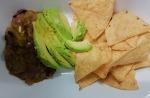 Salsa verde avant mixage, servi avec de l'avocat et tacos