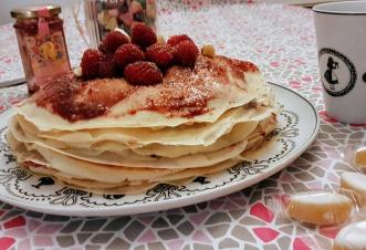 Gâteau de crêpes framboises et calissons du Roy René , d'après une recette de Cuisine Moi un Mouton ©biboucheetbibouchon