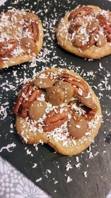 Cookie au chocolat au lait caramel, noix de pécan, caramel beurre salé, et chocolat blanc, d'après une recette de Bibouche ©biboucheetbibouchon