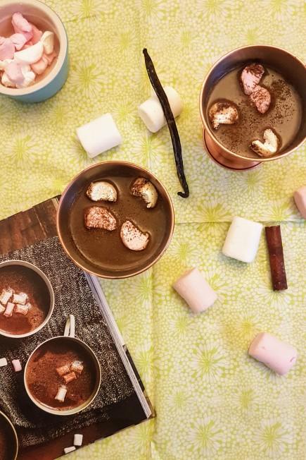 Chocolat chaud à la cannelle, vanille et chamallows, extrait du livre La cuisine Hygge de Birgit Dahl ©biboucheetbibouchon