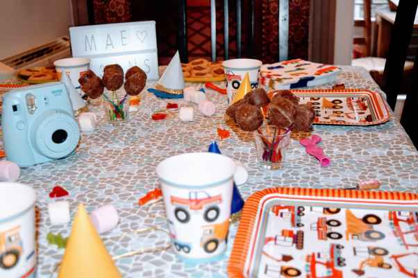 Décoration table d'anniversaire Maé 3 ans ©biboucheetbibouchon